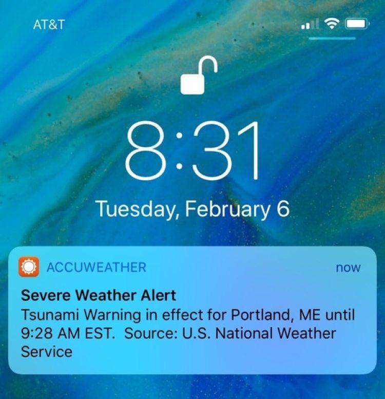 La alerta que millones de personas recibieron en sus celulares este martes(AP/Jeremy DaRos)