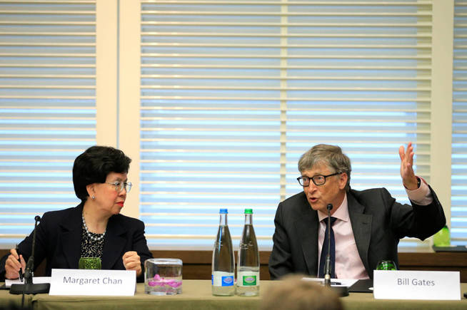 Bill Gates con Margaret Chan, directora general de la OMS. (Reuters)