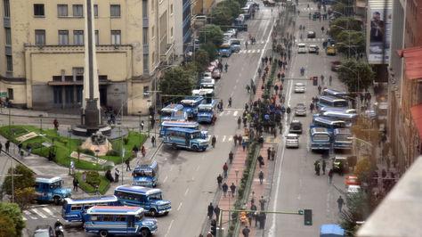 Micros obstaculizan el paso en la avenida Mariscal Santa Cruz de La Paz. Foto: La Razón