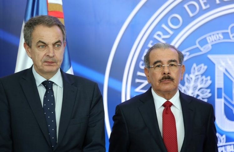 El ex primer ministro español Jose Luis Rodriguez Zapatero y el presidente de República Dominicana tras la suspensión de las negociaciones entre la oposición y el régimen chavista este miércoles en Santo Domingo (REUTERS/Ricardo Rojas)