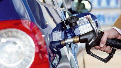 Una manguera distribuidora de carburantes en una estación de servicio.