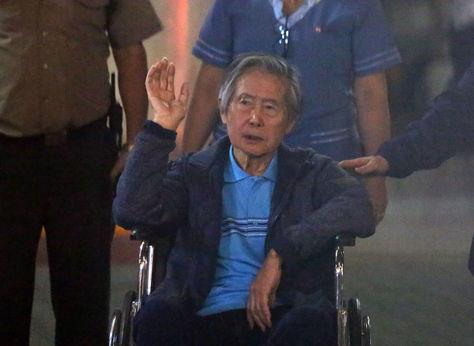 Alberto Fujimori abandona la clínica Centenario de Lima en la que estuvo internado desde hace 12 días. Foto: EFE