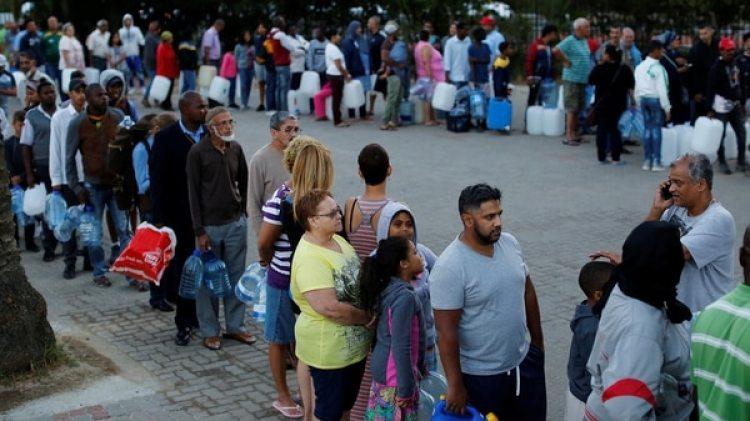 Largas filas para tener acceso al agua (Reuters)