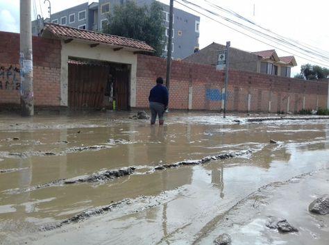 Trabajos en la zona afectada por el desborde del rio Taquiña que provoco la caída de muros y afecto a varias viviendas. Foto: Angélica Melgarejo