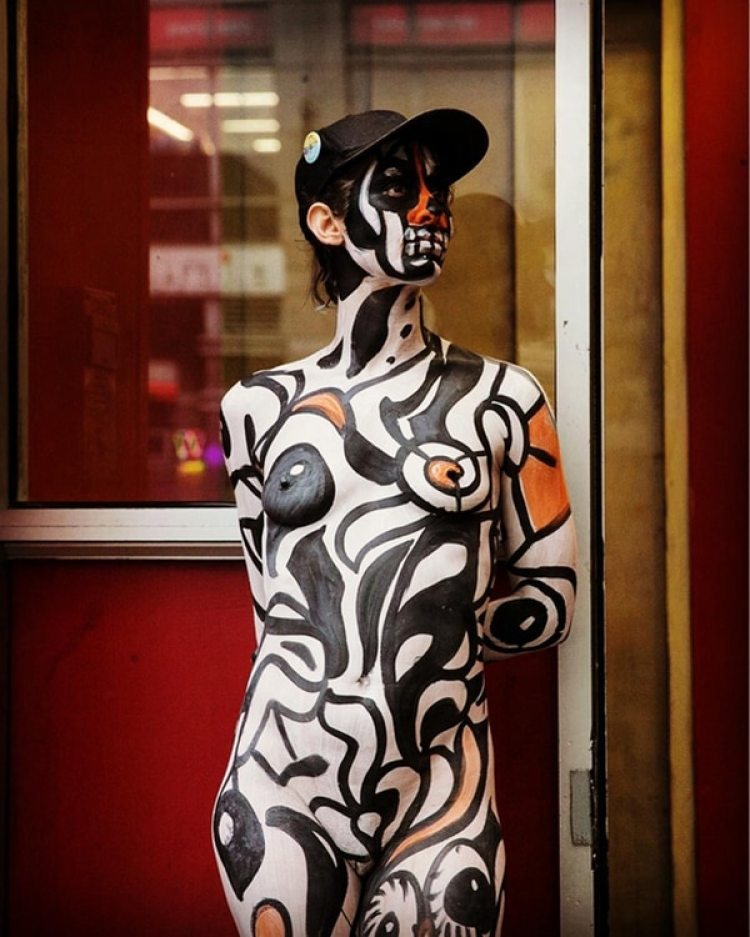 Una mujer lista para salir a enfrentarse al frío y la lluvia (@shawninglima)