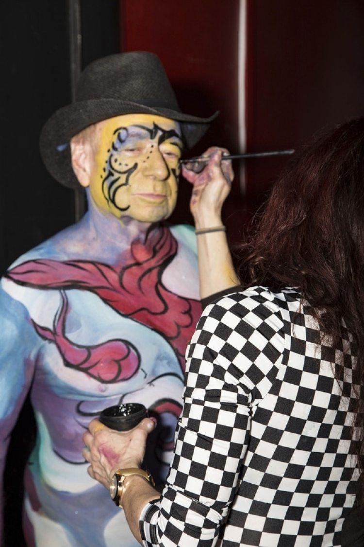 El evento fue organizado por el artista Andy Golub. En la foto un hombre se prepara para salir (AP)