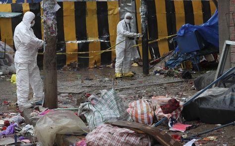 Integrantes del Instituto de Investigaciones Técnico Científico de la Universidad Policial inspeccionan el lugar de la explosión