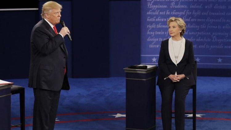 Donald Trump y Hillary Clinton durante el último debate presidencial. (AP)