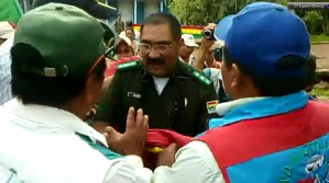Comandante de la Policía en Riberalta arroja al suelo la bandera y pobladores se enfadan