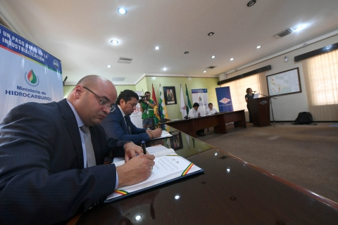 Bolivia firma acuerdos petroleros por US$2.500 millones