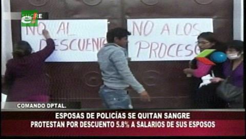 Sucre: Esposas de policías se sacan sangre en protesta