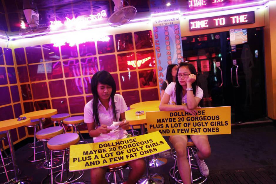 Dos chicas esperan a clientes en un bar de Soi Cowboy, una calle de Bangkok famosa por sus clubs de alterne. (Reuters)
