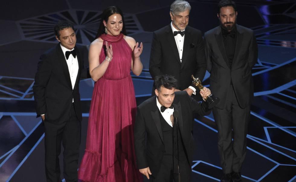 Sebastián Lelio con el Oscar. Detrás, desde la izquierda, Juan de Dios Larraín, Daniela Vega, Francisco Reyes y Pablo Larraín.