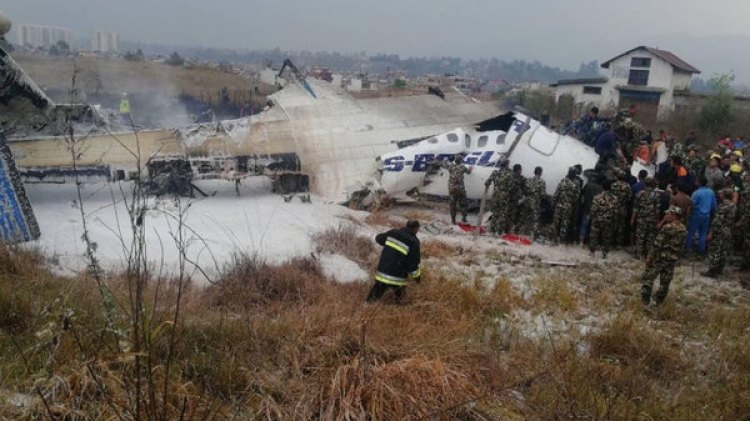 El avión se salió de la pista y cayó sobre un campo de fútbol