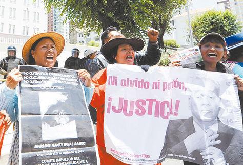 Marcha. Familiares de víctimas frente a la Embajada de EEUU, en 2012.
