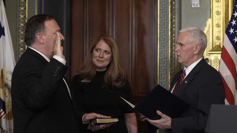 Mike Pompeo fue confirmado por el Senado como el director de la CIA bajo...