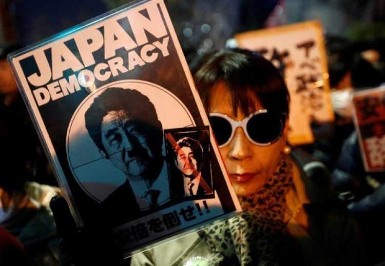 Una mujer protesta en contra del primer ministro Shinzo Abe en Tokio (REUTERS/Kim Kyung-Hoon)
