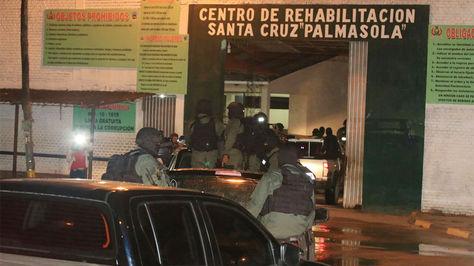Un fuerte contingente policial realiza una requisa general en el Penal de Palmasola.