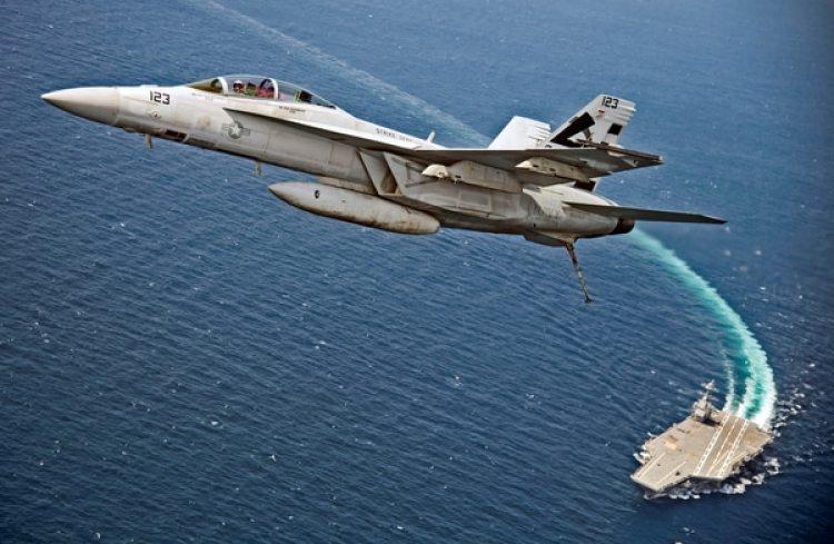 UnF/A-18F Super Hornetvuela sobre el portaaviones USS Gerald R. Ford (Marina de EEUU/Erik Hildebrandt/Handout via REUTERS)