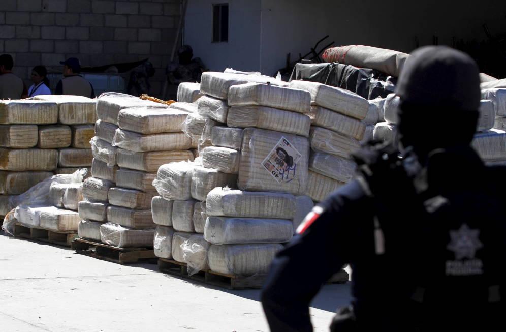 Foto: Un policía federal mexicano monta guardia junto a un alijo mexicano incautado en Tijuana. (Reuters)