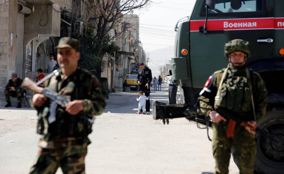 Soldados rusos y del régimen sirio en un check-point en el campo de Wafideen, Damasco. (Reuters)