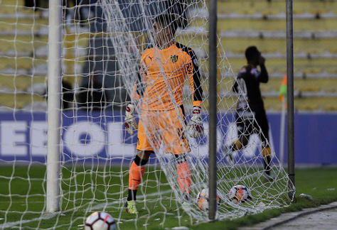 Carcelén festeja tras batir al arquero Kevin Dawson de Peñarol en el estadio Hernando Siles de La Paz.