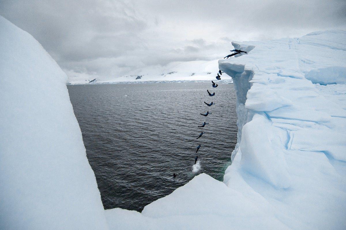 CLO02. ANTÁRTICA, 10/03/2018.- Fotografía sin fechar cedida por Red Bull Colombia que muestra un efecto de multiexposición mientras el clavadista Orlando Duque salta desde un iceberg, en la Antártica. El clavadista colombiano Orlando Duque saltó desde dos icebergs de gran altura en la Antártida, para cumplir así uno de sus grandes sueños, informó este sábado, 10 de marzo de 2018, su equipo de prensa. EFE/Cortesía Red Bull Colombia/SOLO USO EDITORIAL/NO VENTAS
