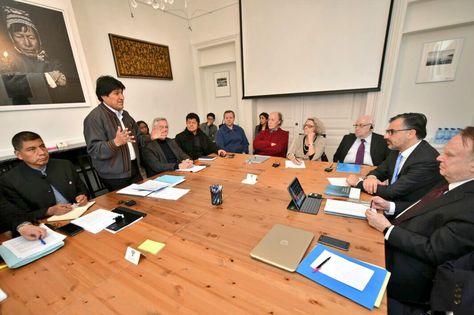 El presidente Evo Morales durante la reunión con el equipo jurídico nacional e internacional con miras al inicio de la fase de alegatos orales en la Corte Internacional de Justicia. Foto: Cancillería