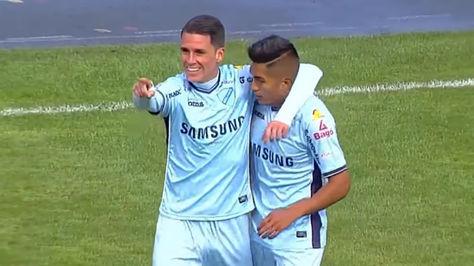 El español Juan Miguel Callejón celebra con Erwin Saavedra el gol anotado ante Real Potosí