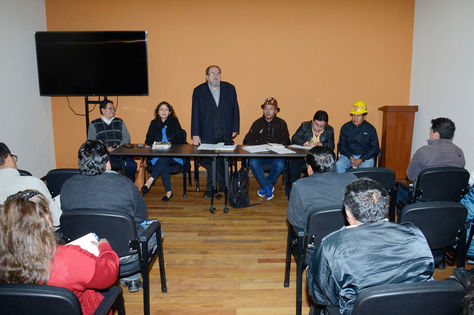El ministro de Educación, Roberto Aguilar (de pie), encabezó la reunión entre Gobierno y cobistas.