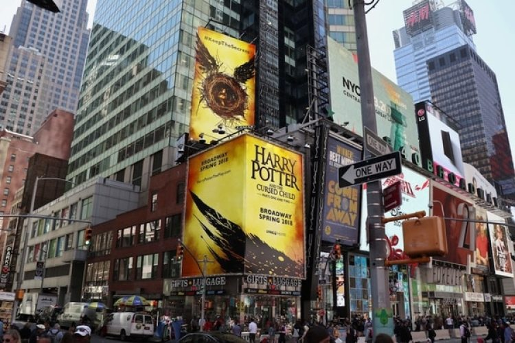 Times Square anticipa la llegada de la obra de Harry Potter