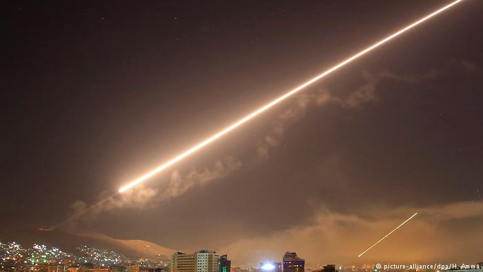 Syrien Luftabwehrraketen abgeschossen in Damaskus (picture-alliance/dpa/H. Amma)