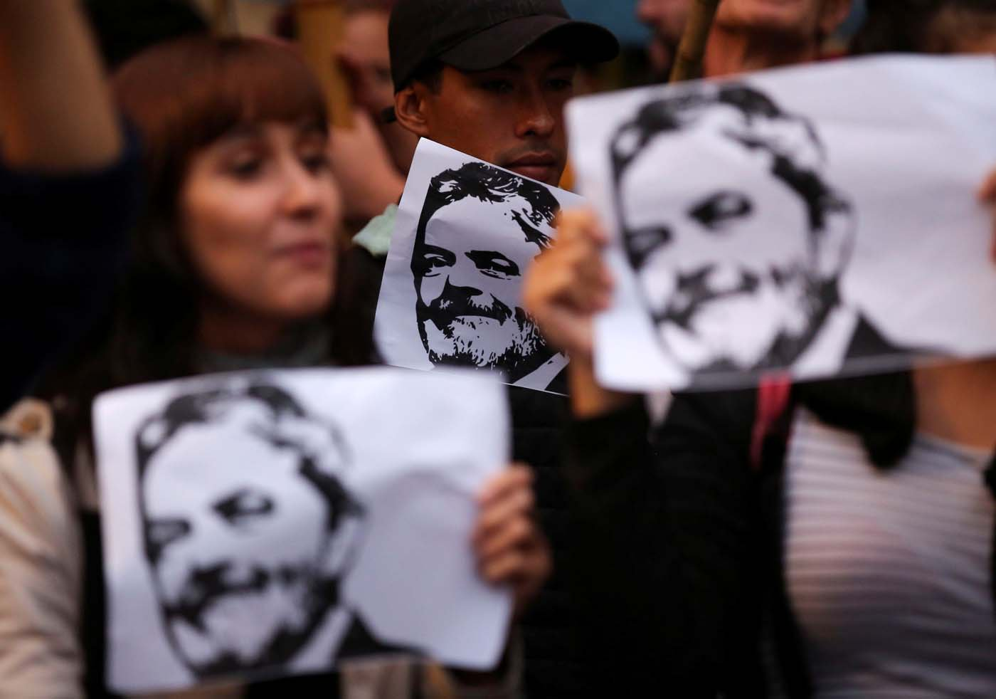Demonstrators hold pictures of former Brazilian President Luiz Inacio Lula da Silva, in his support, in Buenos Aires, Argentina, April 6, 2018. REUTERS/Agustin Marcarian   NO RESALES. NO ARCHIVE.