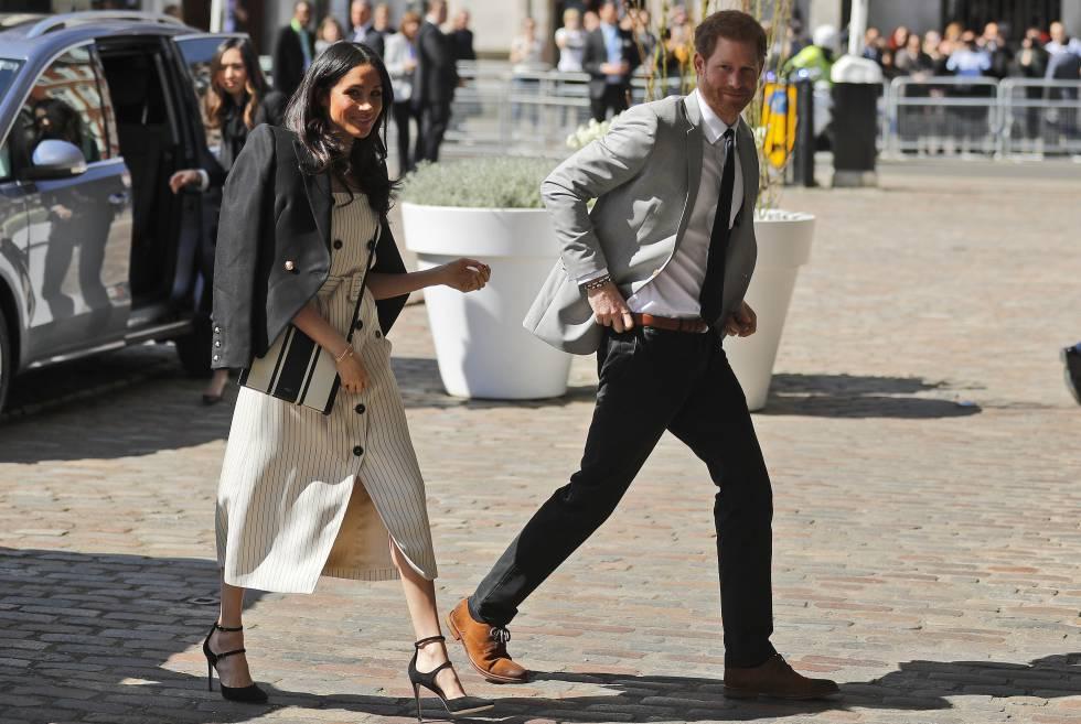 Meghan Markle y el príncipe Enrique a su llegada al Queen Elizabeth II Center en el encuentro de dirigentes de la Commonwealth.