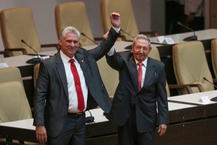El abrazo entre Raúl Castro y Miguel Díaz Canel tras su elección como nuevo presidente de Cuba (Reuters)