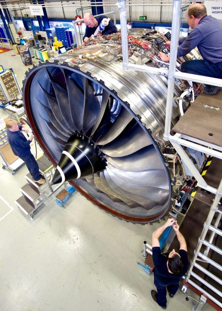 Operarios de Rolls-Royce trabajan en los motores Trent 1000, cuestionados desde su entrada en funcionamiento por potenciales problemas de fiabilidad