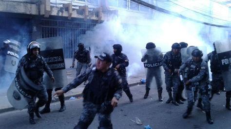 La Policía uso gas lacrimógeno para dispersar a los simpatizantes de Leyes.