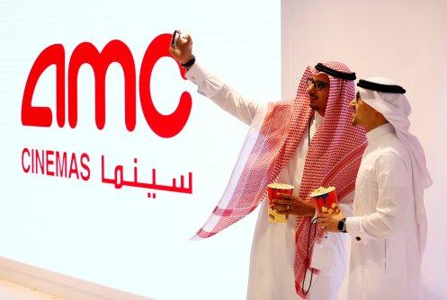 FOTO DE ARCHIVO: Dos hombres sauditas se toman una selfie en la primera sala de cine comercial de Arabia Saudita en 40 años en Riad, Arabia Saudita, 18 de abril de 2018. REUTERS/Faisal Al Nasser/File Photo