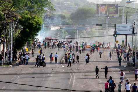 Decenas de manifestantes bloquean una avenida universitaria hoy, viernes 20 de abril de 2018, en Managua (Nicaragua). Foto: AFP