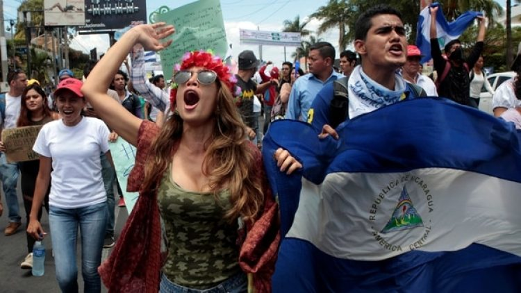 Jóvenes protestan en Managua. (REUTERS)