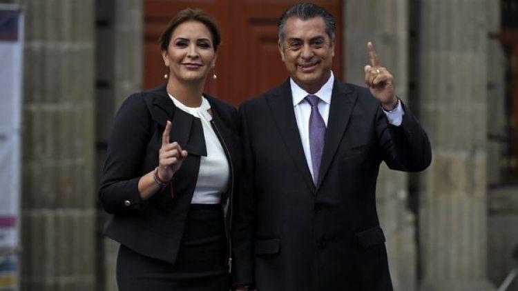Jaime Rodríguez Calderón, El Bronco, junto a su esposa.