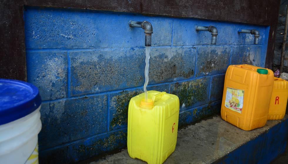Kiosko de agua en Jacmel (Haití), adonde acude la población que no tiene suministro en casa.