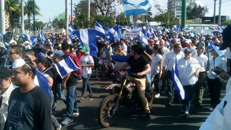 Cientos de manifestantes en la rotonda Metrocentro, en Managua