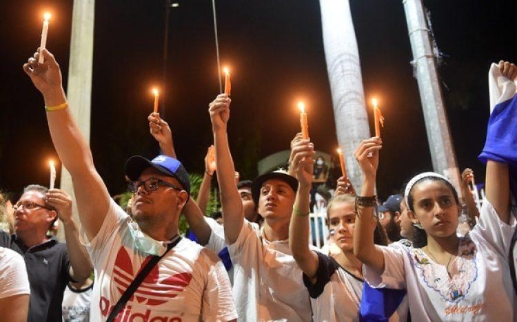 """Manifestantes durante la """"Marcha para la paz y el diálogo"""" pidieron la renuncia de Ortega y su esposa, la vicepresidente Rosario Murillo (AFP / Rodrigo ARANGUA)"""