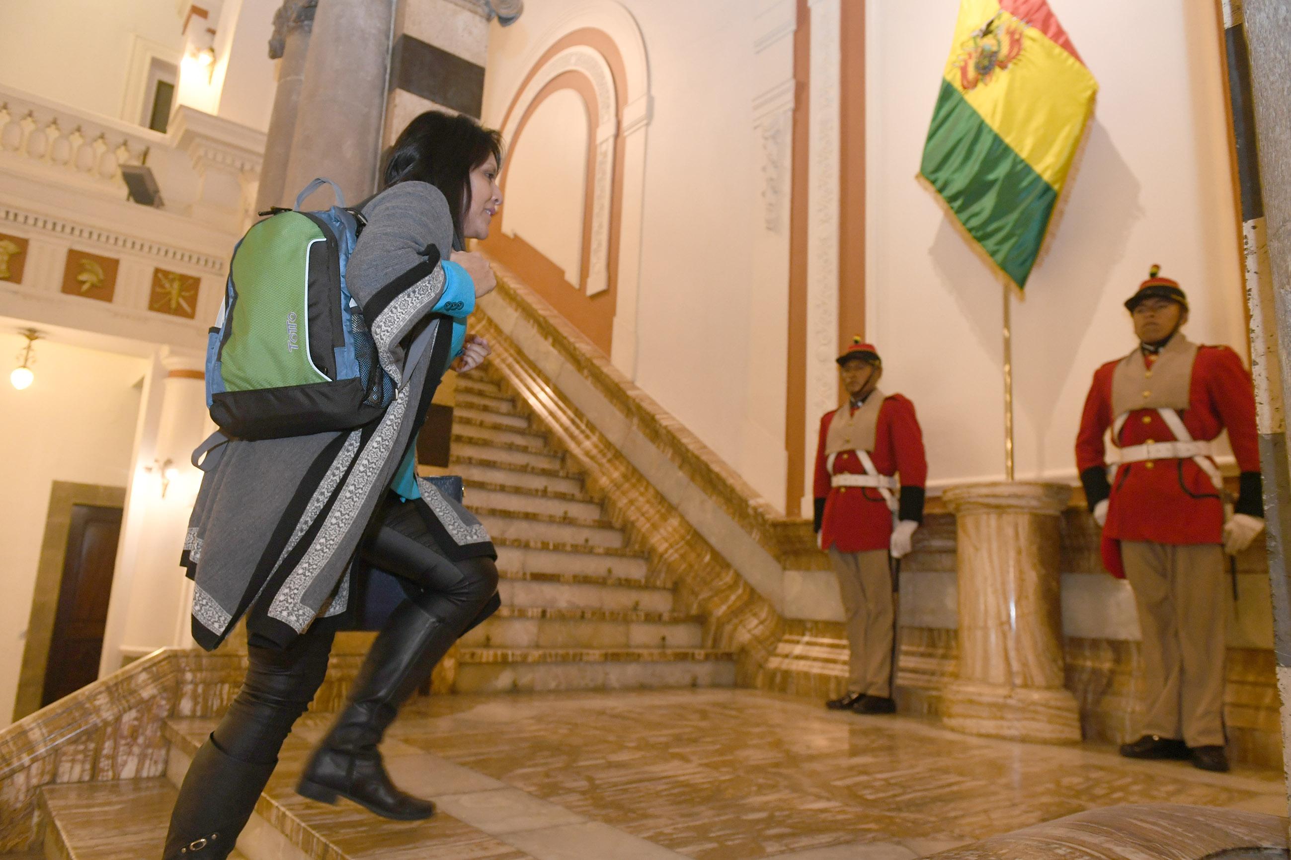 Ministra con mochila ¿boliviana o china?