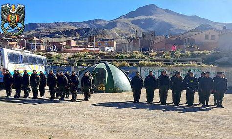 El contingente policial que vigila uno de los dos puestos de control instalados en las localidades de Huayrapata y Cataricagua, Huanuni.
