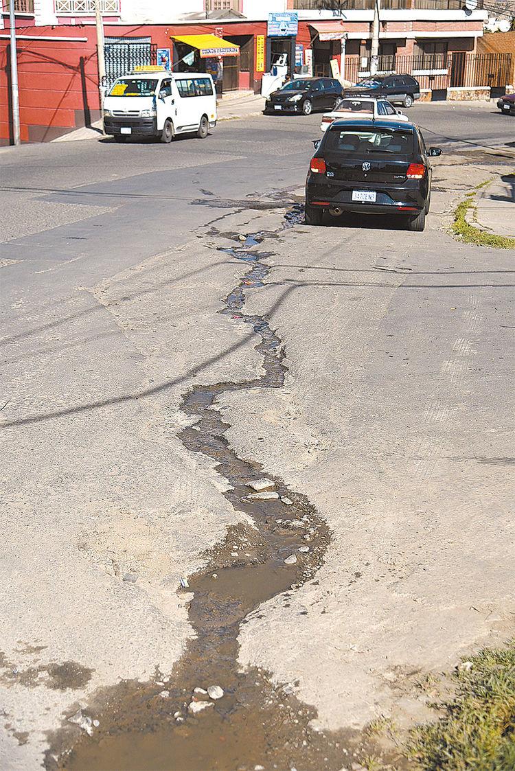 Deterioro. El agua de los lavados deteriora la Av. Muñoz Reyes. Foto:Christian Calderon