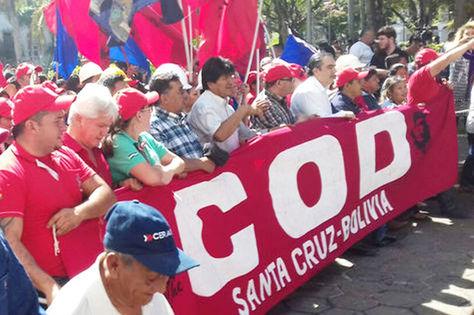 Morales (c) encabeza la marcha de la COD en Santa Cruz el 1 de mayo de 2017