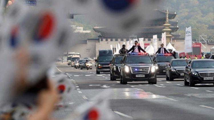 La televisión surcoreana mostró el paso del convoy de Moon Jae-in por una ruta nacional (REUTERS)