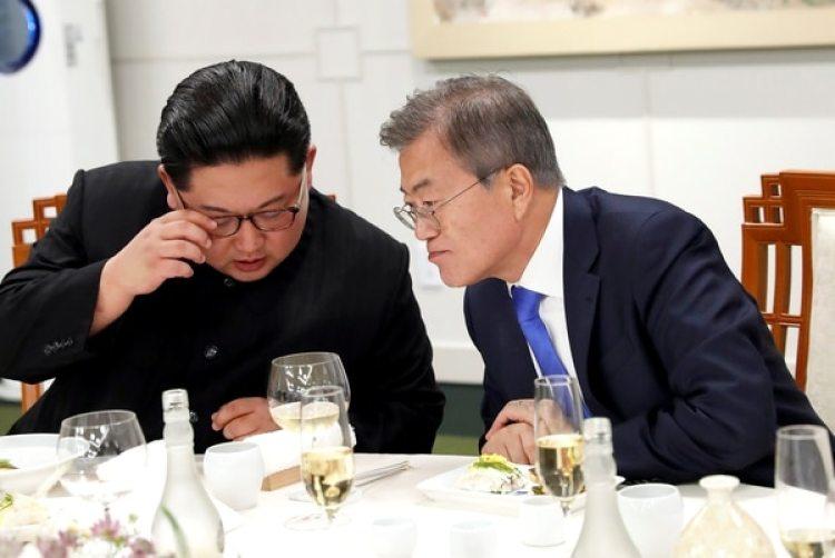 Kim Jong-un junto al presidente surcoreano Moon Jae-in(Korea Summit Press Pool/Pool via Reuters)